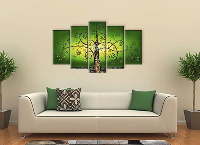 дерево на зелёном